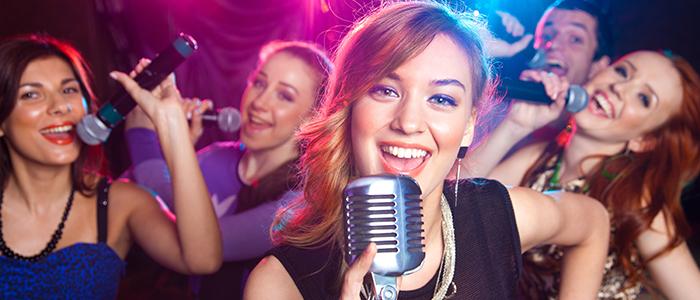 5 Menschen singen in ihre Mikrofone
