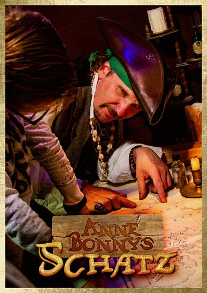 Ein Pirat zeigt einem Kind etwas auf einer Schatzkarte